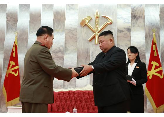 김여정 제1부부장이 군 주요 지휘관들에 대한 권총 수여식에서 김정은 위원장을 보필하고 있다. [사진 출처: 2020.7.27. 조선중앙통신]