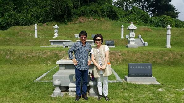 사진설명 = 조용필과 그의 처제 제니퍼 안씨가 15일 언니 고(故)안진현 씨의 묘소를 참배하는 모습. 김창준 씨SNS 캡처.