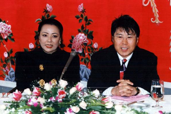 사진설명 = 지난 1994년 1월 서울의 한 호텔에서 결혼을 발표하고 있는 조용필 안진현 커플.