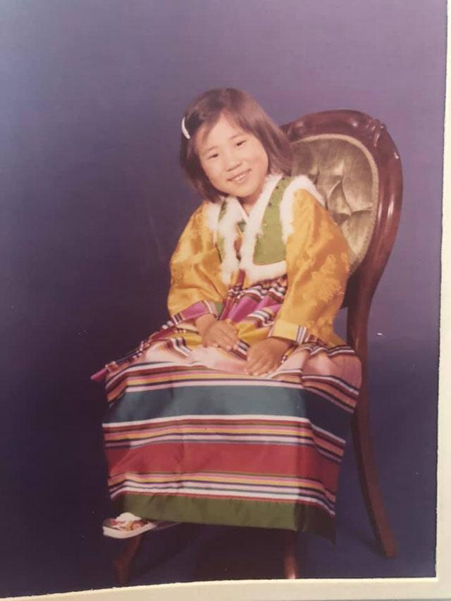 경하 씨의 어린 시절 사진. 신고 있는 신발이 바로 그 '꽃신'입니다.