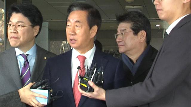 김성태 의원이 김 의원을 향해 소리치는 미래당·민중당원을 쳐다보고 있다.