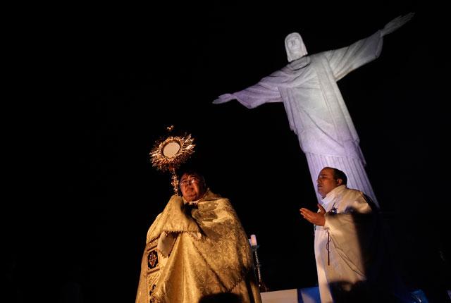 부활절 기념행사에서 축복하는 성직자의 모습