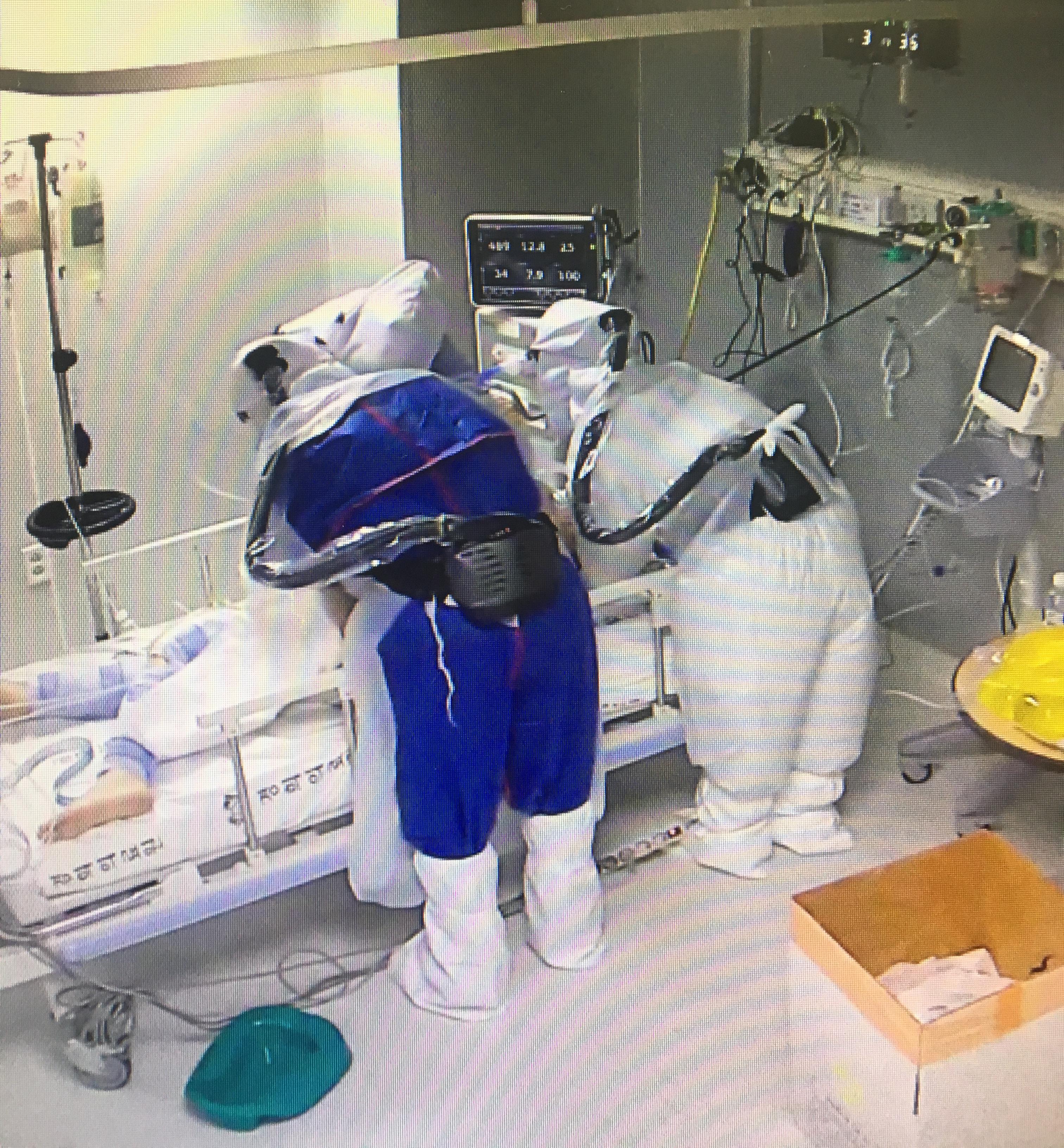 병동에 비치된 '관'…코로나 사투 속 간호사들
