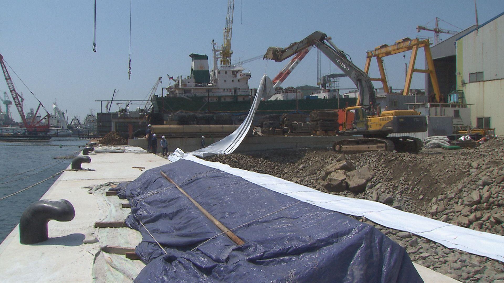 부산 감천항 일대에서 민간 수리조선기업이 직접 바다를 매립해 60m 길이의 수리조선 부두를 만들고 있다.