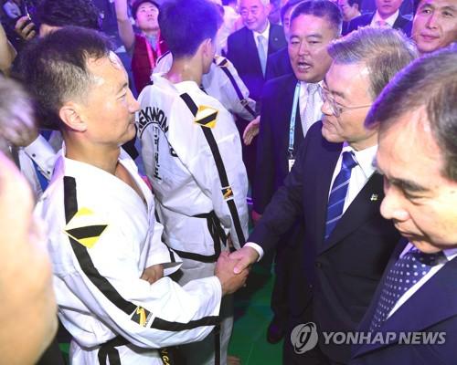 문재인 대통령이 북한 선수들과 악수를 나누고 함께 사진을 찍기도 했다.