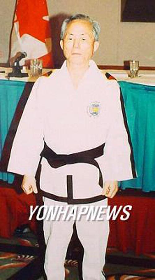 ITF를 창설한 최홍희씨의 생전의 모습이다. 최씨는 2002년 측근들에게 '북한 땅에서 눈을 감겠다'고 말하고 병세의 악화에도 불구하고 같은 해 6월 14일 북한에 들어가 다음 날 숨진 것으로 알려졌다.