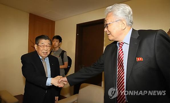 김운용 대한태권도협회 종신명예회장이 이번에 남한을 방문한 장웅 북한 IOC위원과 반갑게 악수를 하고 있다.