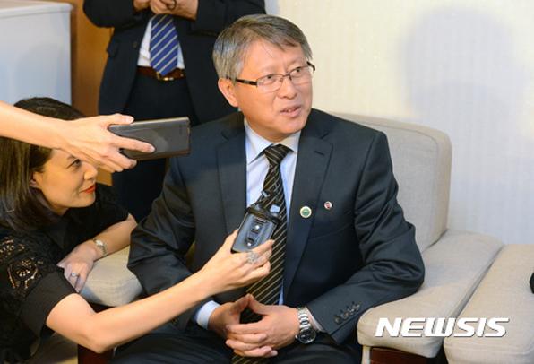 무주에서 개최된 WTF 세계태권도선수권대회에 북한 ITF 시범단을 이끌고 남한에 온 리용선 총재가 기자들의 질문에 답하고 있다.