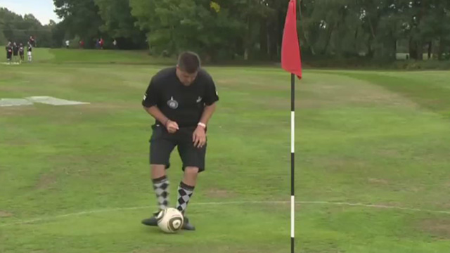 [영상] 英, 골프채 대신 '발로 차'…풋 골프 대회