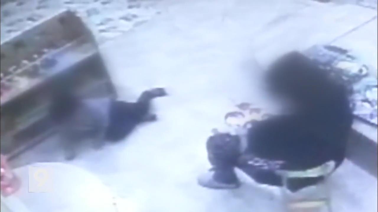 """""""왜 김치 남겨"""" 어린이집 교사가 네살배기 폭행"""