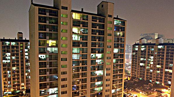 [시로 읽는 경제이야기] (22) 아파트, 높아지는만큼 평평해지는 삶