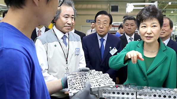 박 대통령, 구미 국가산업단지·새마을중앙시장 등 방문