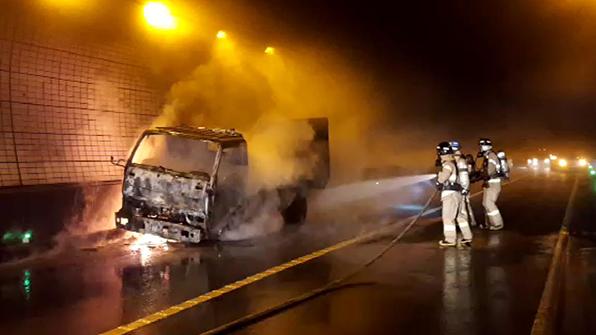 창원터널 안 차량 화재…2백 명 대피