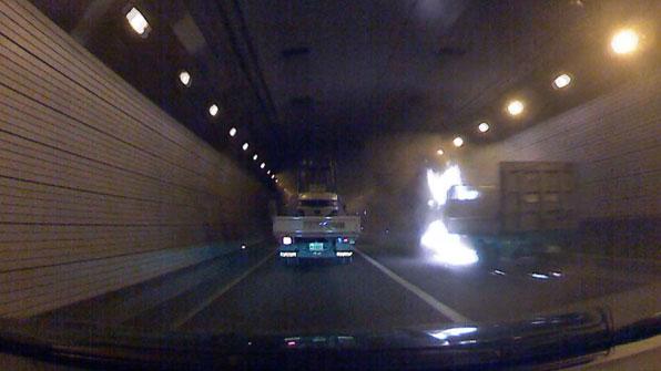 [제보영상] 창원터널 안, 트럭에서 화재…2백 명 긴급 대피