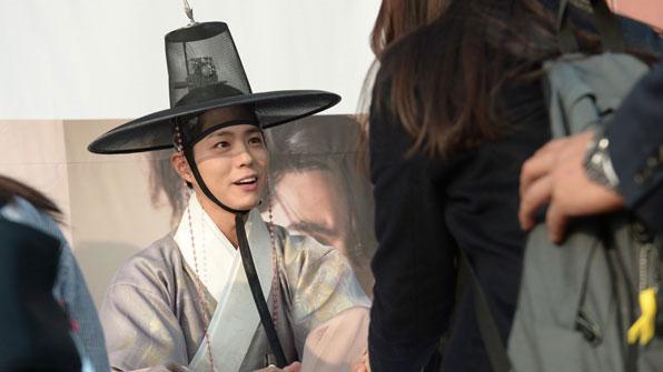 [K스타] 경복궁에 등장한 박보검, 페이스북 생중계