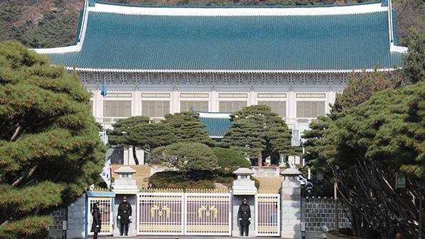 """靑, '퇴진시점 밝혀라' 요구에 """"국회결정 따를 것"""""""