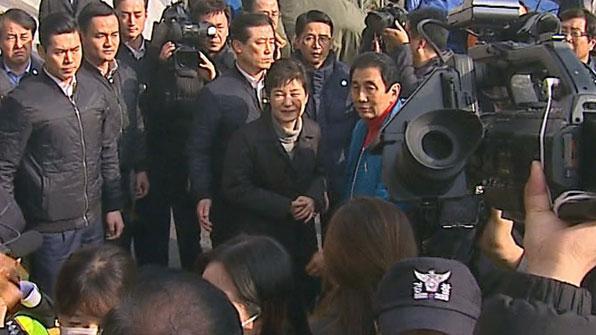 """[영상] """"힘내세요"""" vs """"하야하라""""…박 대통령, 35일 만의 외출"""