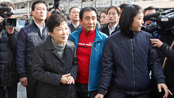 서문시장 방문한 박 대통령 응원 '박사모'…피해 상인과 충돌