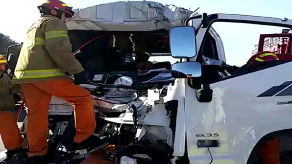 서울외곽순환고속도로 달리던 화물차량 추돌 사고