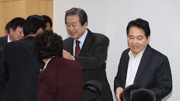 """與 비주류 """"대통령 7일 오후까지 퇴임 일정 밝혀야"""""""