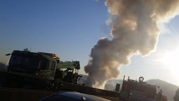 제2경인고속도로 차량 5중추돌 화재…1명 사망