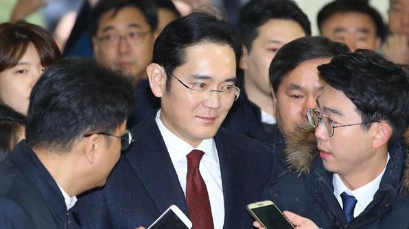 """'뇌물공여 혐의' 이재용 삼성전자 부회장 특검 출석…""""국민들께 송구"""""""