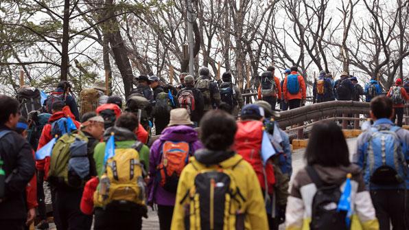 '국민 취미' 등산…해빙기 산은 아직 '겨울!'