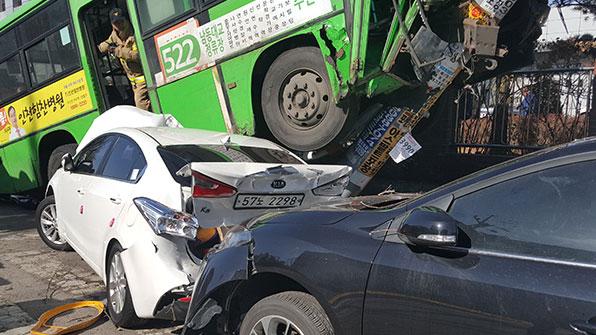 마을버스 중앙선 침범 1명 부상…차량 7대 파손