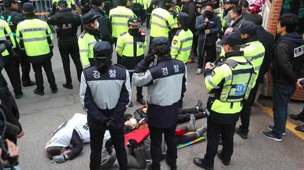 [포토] 바닥에 누워버린 지지자들