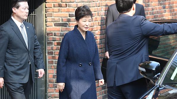 박 전 대통령, 삼성동 자택에서 나와…서울중앙지검으로 출발