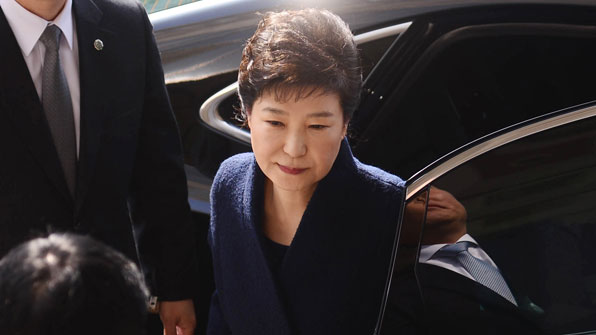 """[영상] 박 前 대통령 검찰 조사실 입장 """"성실히 조사 받겠다"""""""