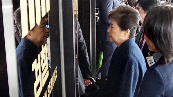 박 전 대통령, 오후 조사 재개…점심은 '도시락'