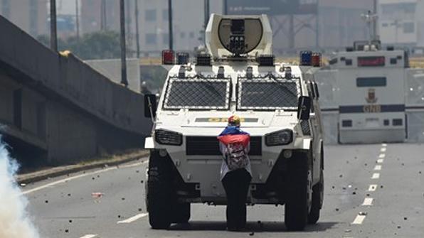 베네수엘라 시위서 맨몸으로 무장트럭 맞선 여성