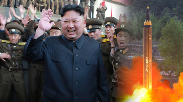 """北김정은, '화성-12' 개발자들과 기념사진…""""주체무기 더 생산"""""""