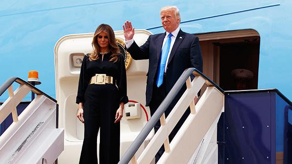 트럼프 사우디 도착…멜라니아 히잡 없이 검은색 긴 옷 입어