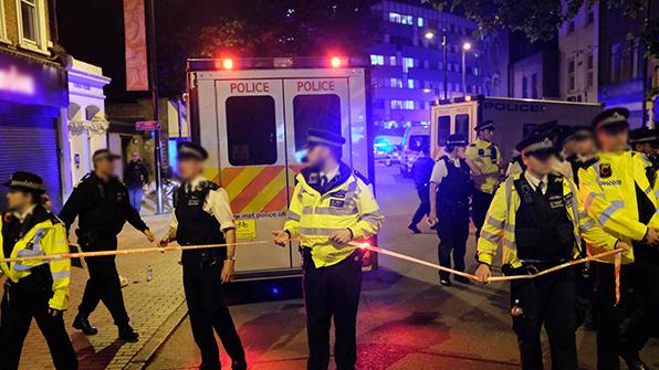 """""""런던 차량 돌진 테러범, 경찰에 인계 때 승리의 손짓"""""""