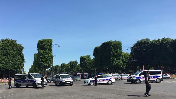 파리 도심서 폭발물 싣고 경찰차에 돌진…테러 가능성