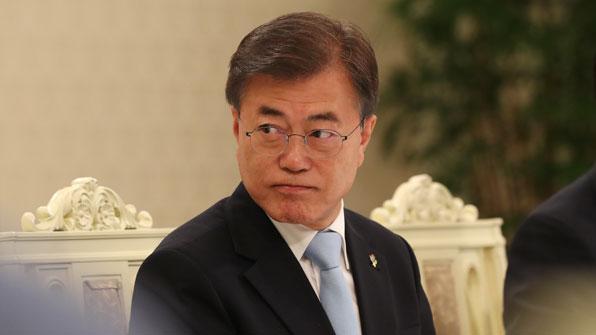 """文 대통령, 故 웜비어 유족에 조전…""""北 인권 존중 않은 것 개탄"""""""