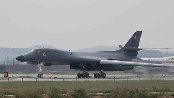 美 전략폭격기 B-1B 한반도 출격…우리 군 F-15K와 연합훈련