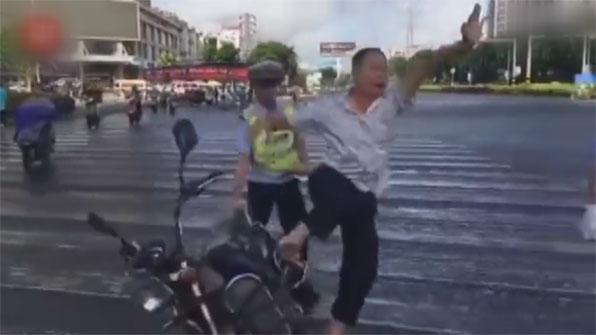 [고현장] 경찰 단속된 오토바이 운전자의 기괴한(?) 행동