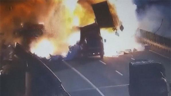 [고현장] 두 화물차 충돌 순간…영화처럼 '폭발'