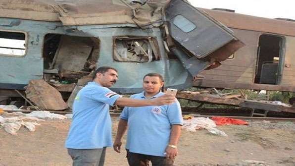 이집트 열차 참사 현장서 구급대원들 셀카 논란