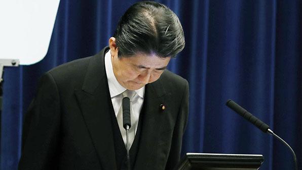 '사학 스캔들' 아베 총리, 부친묘 찾아 신뢰 회복 다짐