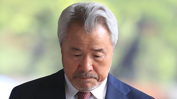 '갑질·횡령' 정우현 전 미스터피자 회장, 첫 재판서 혐의 부인