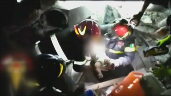 [영상] 지진으로 무너진 건물에서 두 동생 지킨 11살 맏형