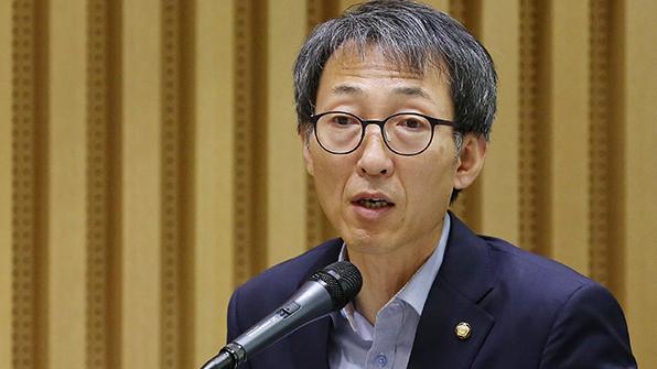 """與, 한국당 '박근혜 탈당권고' 비판…""""화장발에 속을 국민 없다"""""""