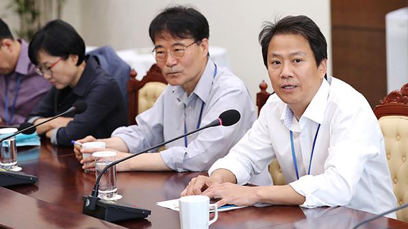 靑, 첫 비서실장 주재 수석·보좌관 회의…하반기 정책 논의