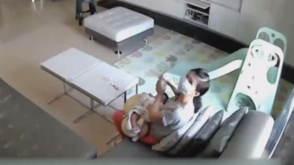 """[고현장] 아이 모유 훔쳐 마신 보모…""""빈혈이 있어서"""""""