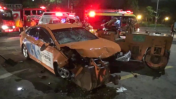 올림픽대로서 택시, 도로포장 작업자 3명 덮쳐…2명 사망