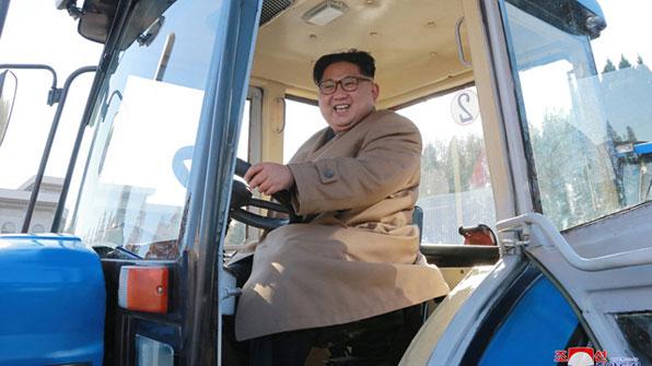 [포토] 트랙터 운전석 앉은 김정은…11일만의 경제행보